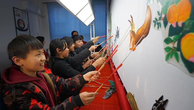 Schüler erleben Schattenspiel in Chinas Hebei