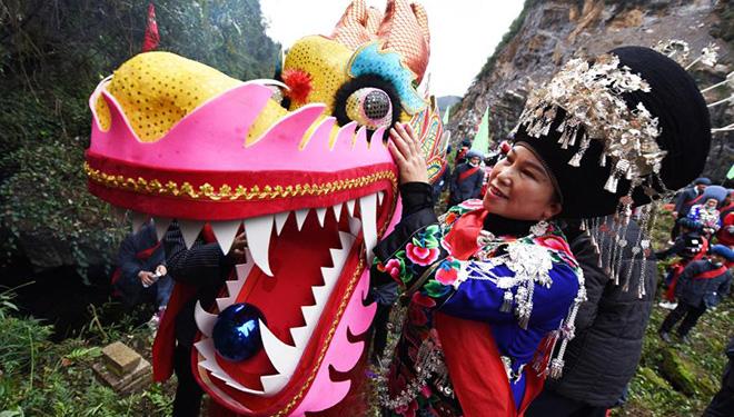 Volksaktivität zum Thema Drachen in Chinas Guizhou gefeiert