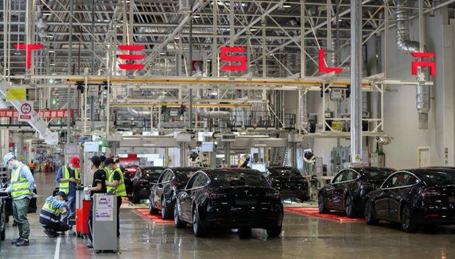 Arbeitsszenen in Tesla-Gigafabrik in Shanghai