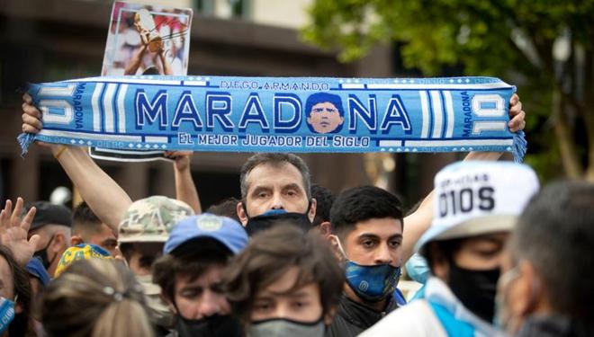 Fans warten vor der Trauerkapelle der Fußballlegende Diego Maradona