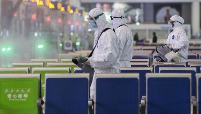 Mitarbeiter sprühen Desinfektionsmittel am Bahnhof Hongqiao in Shanghai