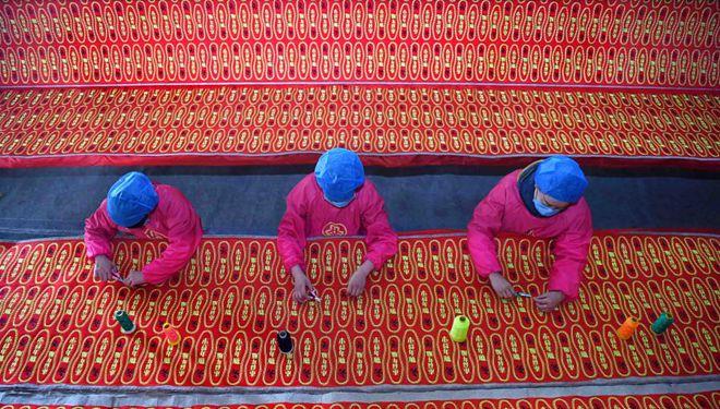 Arbeiter stellen Schuheinlegesohlen in Fabrik in Shandong her