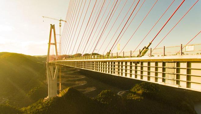 Hauptstruktur der Brücke über den Fluss Xiangjiang entlang der Autobahn Zunyi-Yuqing fertiggestellt