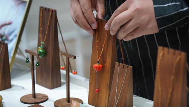 Junger Hersteller von Porzellanzubehör in Jingdezhen