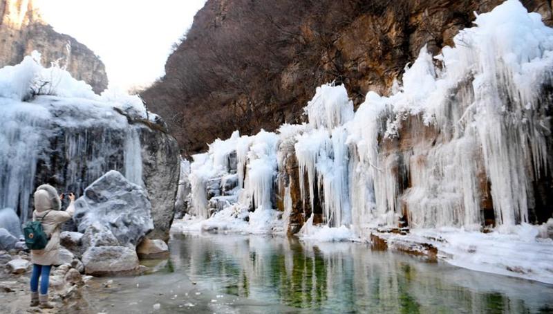 Landschaft der gefrorenen Wasserfälle in Henan