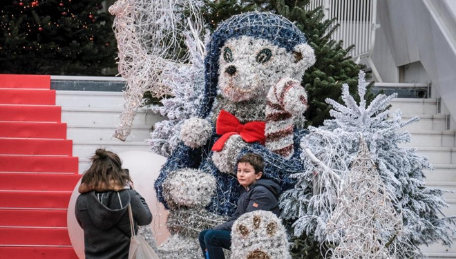 Dekorationen für Weihnachten in Frankreich beleuchtet