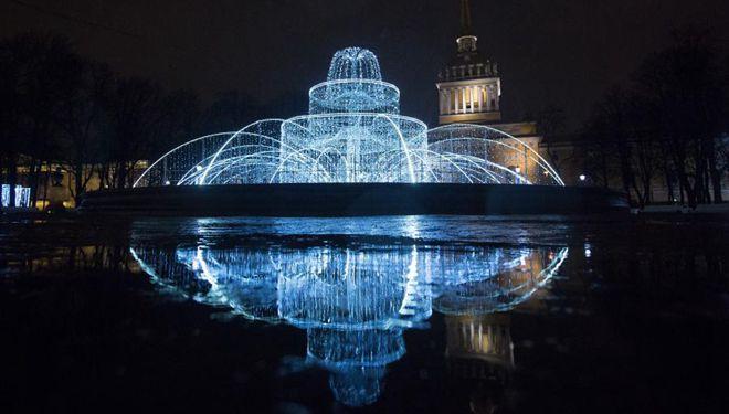 In Bildern: Weihnachtslichter und -dekorationen in St. Petersburg, Russland