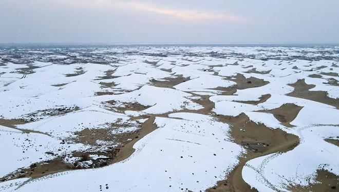 Winterlandschaft der Wüste Taklimakan in Chinas Xinjiang