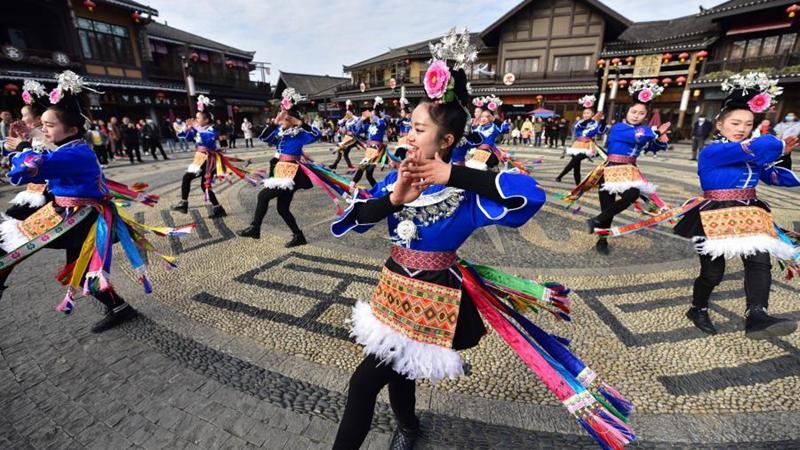 Menschen erleben am Neujahrstag in Guizhou die Miao-Kultur