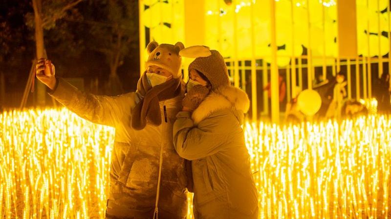Menschen begrüßen Neujahr im Happy Valley in Wuhan