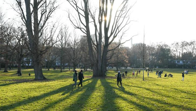 Bewohner genießen Sonnenschein in Frankfurt