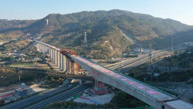 Baustelle des Drehgelenks eines riesigen Trägers für große Brücke der Hochgeschwindigkeitsstrecke Fuzhou-Xiamen