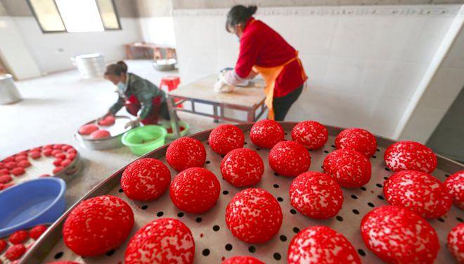 Dorfbewohner machen rote Ciba, um sich auf bevorstehendes chinesisches Frühlingsfest vorzubereiten