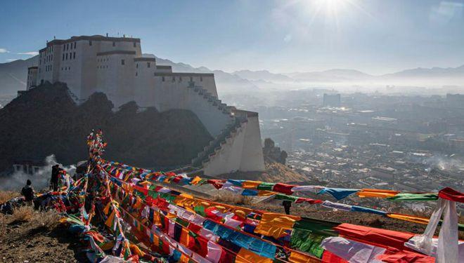 Menschen in Tibet hängen neue Gebetsfahnen, um für Frieden und Wohlstand zu beten