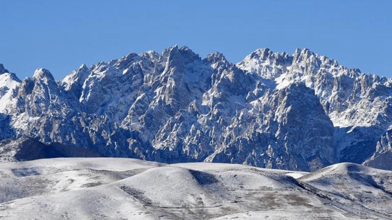 Schneelandschaft des Wuqiao-Gebirges in Chinas Gansu