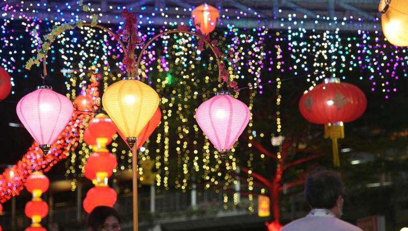 Singapur wird mit bunten Lichtern und Laternen zur Feier des bevorstehenden Mondneujahres geschmückt