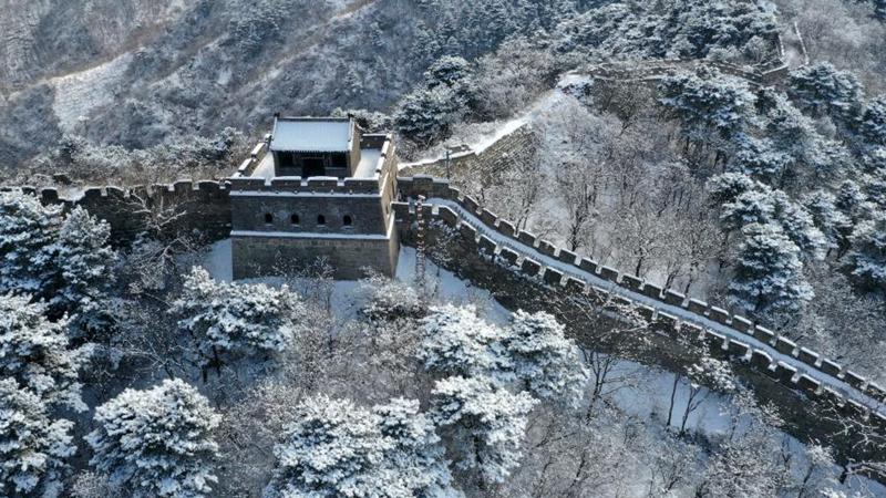 Schneebedeckter Mutianyu-Abschnitt der Großen Mauer