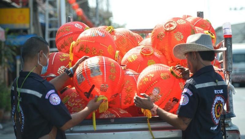 Straßen in Thailand mit roten Laternen vor chinesischem Neujahrsfest geschmückt