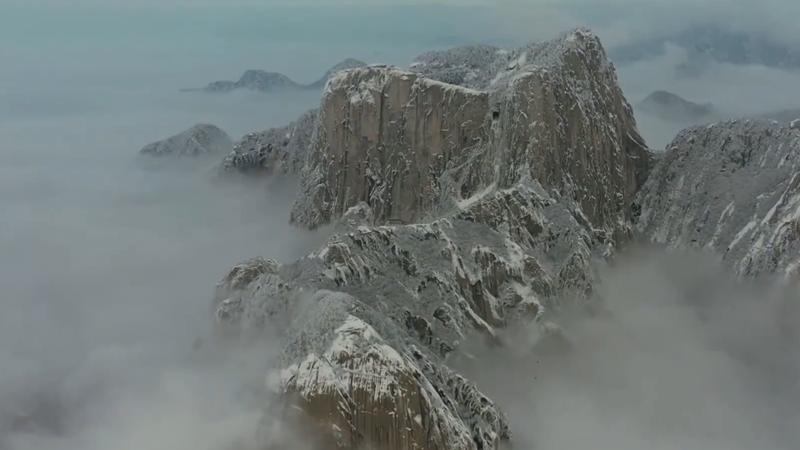 Bezauberndes Wolkenmeer auf dem schneebedeckten Huashan-Berg in China