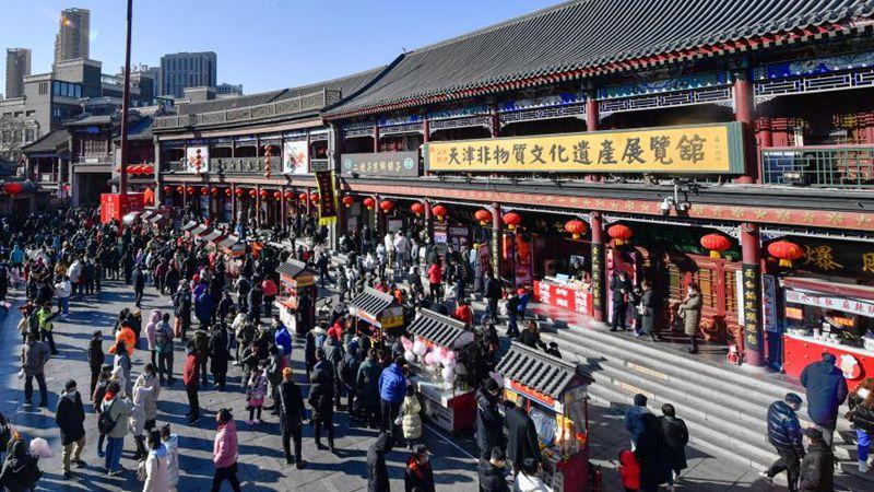 Menschen besuchen alte Kulturstraße in Tianjin