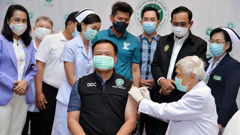Thailands Gesundheitsminister erhält erste Dosis der startenden Impfkampagne