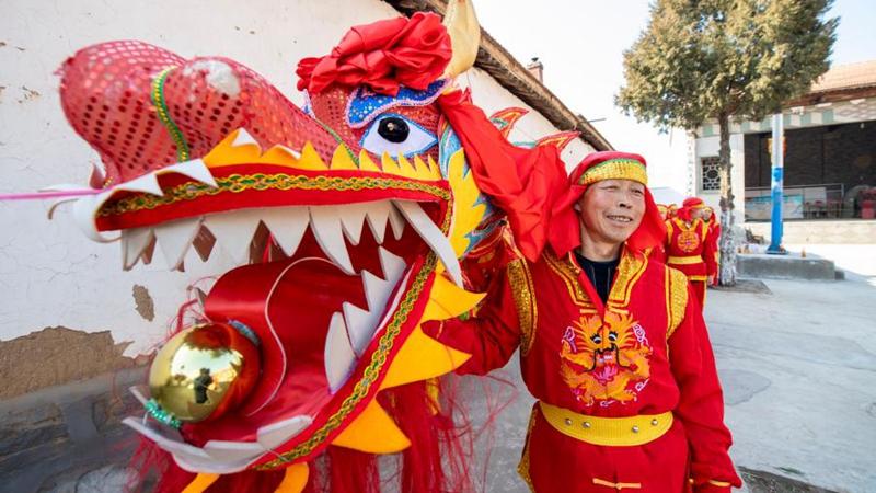 Dorfbewohner proben Drachen- und Löwentanz im Dorf Andi in Shanxi