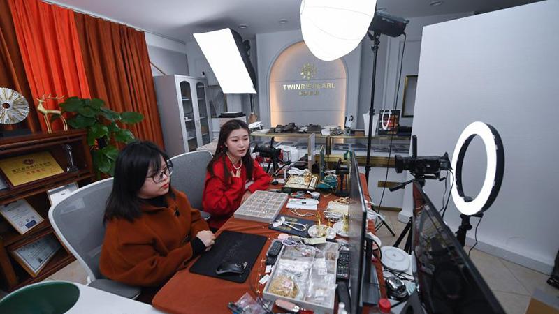 Bildgeschichte: Junges Paar verkauft Perlenprodukte per Liveübertragung