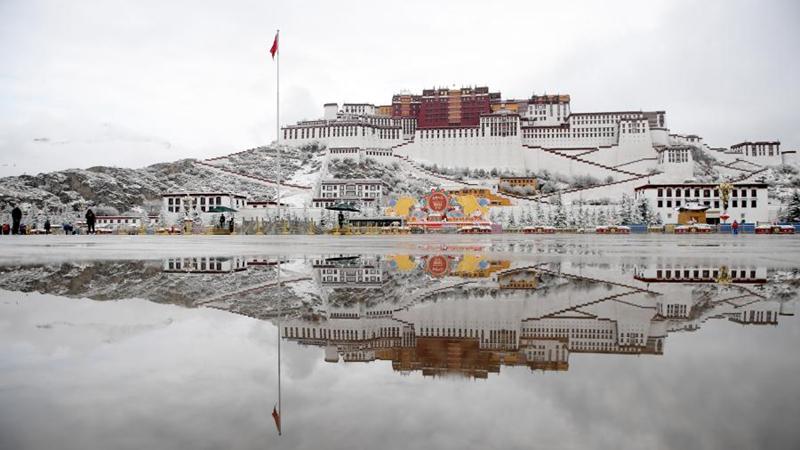 Schneelandschaft des Potala-Palastes in Tibet
