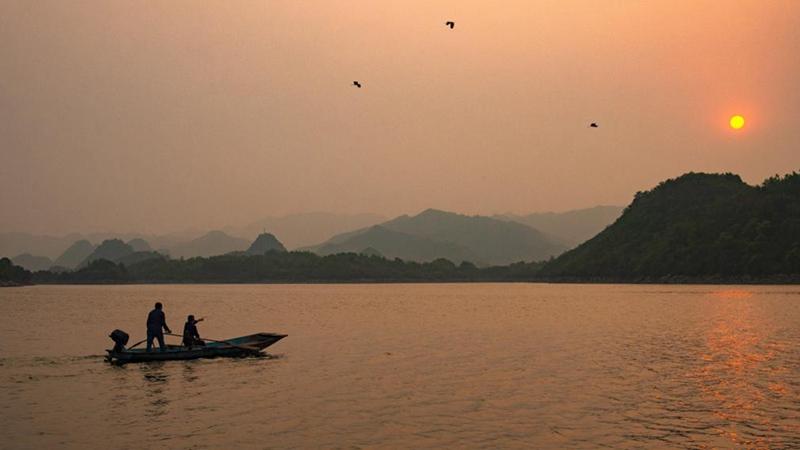 Landschaft des Baihua-Sees in Guizhou in der Dämmerung