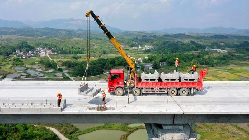 Große Brücke der Strecke für Hochgeschwindigkeitszüge Guiyang-Nanning im Bau